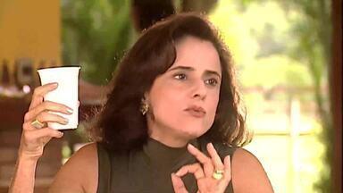 Alma conversa com Pedro sobre contratação de Cinthia - Pedro fica enciumado ao saber que a veterinária vai cuidar dos animais particulares da patroa