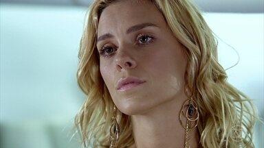 Quinzé pede para reatar com Teodora - Amália se preocupa com a demora do irmão no aeroporto. Teodora não acredita nas declarações de Quinzé e as aeromoças reclamam da permanência do casal no avião