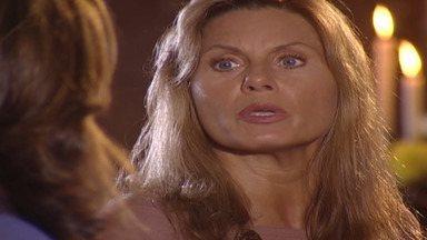 Capítulo de 11/10/2001 - Said coloca o colar no pescoço de Jade. Dalva desliga o telefone na cara de Yvete. Albieri pede Edna em casamento. Jade dança para Lucas.