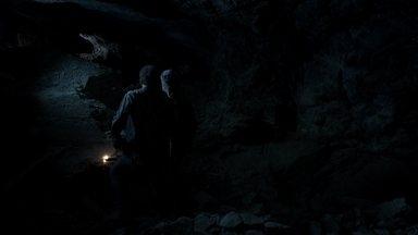 Cassiano acredita ter encontrado a saída do túnel - Ele ajuda Duque a encontrá-lo no local