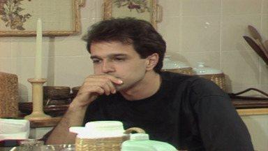 Capítulo de 24/04/1987 - Herbert consegue executar o plano e viaja para a Suíça. Ana Cláudia pede que o porteiro de João Antônio a avise quando ele chegar em casa, mas ele está na casa de Silvana.