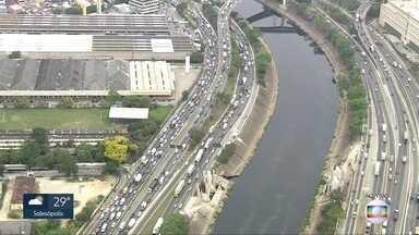 Caminhão quebra na Marginal Tietê e complica trânsito - Veículo seguia pela pista expressa da via e quebrou próximo à chegada da Rodovia dos Bandeirantes. Congestionamento se formou no sentido da Rodovia Ayrton Senna.