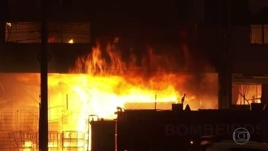 Incêndio atinge empresa de logística em Cotia, na Grande São Paulo - O fogo tomou conta de grande parte do galpão, na rodovia Raposo Tavares. Não há informação de vítimas.