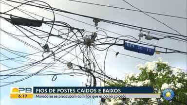 Moradores se preocupam com fios baixos, em João Pessoa - Fios de postes caem pela calçada