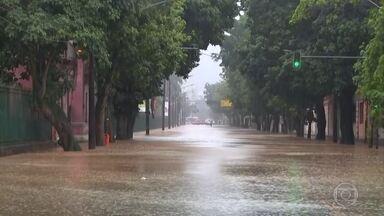 Chuva forte provoca alagamentos no Rio; tetos de unidades de saúde desabam - Cidade entrou em estágio de atenção às 8h15 desta terça-feira. Várias vias da cidade estão alagadas.