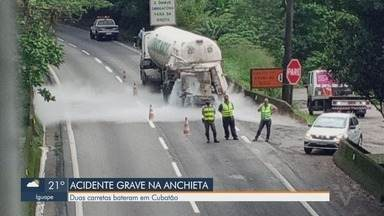 Duas carretas colidem em acidente na Via Anchieta em Cubatão - Veículos se chocaram e derramam etanol e nitrogênio na pista.