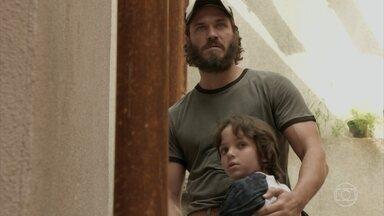 Carlinhos se surpreende ao rever Dino - Gilda e Hugo procuram pelo menino na rua