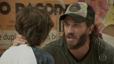 Dino coloca Carlinhos contra Eliza e pede ajuda ao menino - Ele diz que foi vítima de uma injustiça e pede segredo sobre seu retorno
