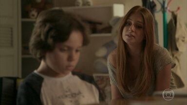 Eliza conversa com Carlinhos e Dayse sobre romance de Gilda e Hugo - O menino deixa escapar que Dino está por perto, mas desconversa