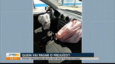 Dentista se machuca após atingir bueiro e cobra conserto do carro, em Lucena, na PB - Reforma estava sendo feita por empresa contratada pela Cagepa.