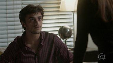 Eliza conta a Jonatas que recebeu uma proposta para trabalhar no exterior - A modelo revela que precisa passar um ano em Paris