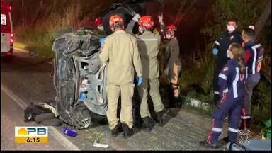 Motorista perde controle de carro e bate em poste, em João Pessoa - Ele capotou o carro e uma pessoa ficou presa nas ferragens