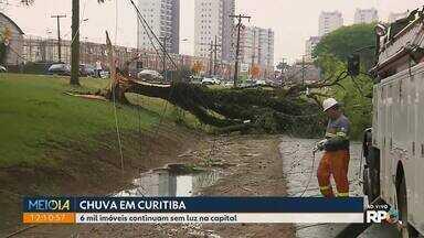 Chuva deixa estragos em vários bairros de Curitiba - 6 mil imóveis continuam sem luz na capital.