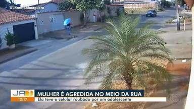 Polícia apreende menor suspeito de agredir mulher para roubar o celular em Goiânia - Cena foi flagrada por câmeras de segurança.