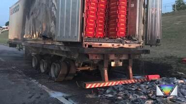 Caminhão pega fogo neste final de semana na Dutra - Caso aconteceu no trecho de Caçapava.