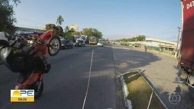 Motoqueiro é flagrado empinando moto na BR-101 - Caso aconteceu no trecho antigo da rodovia, no Cabo de Santo Agostinho.