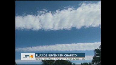 Formato curioso das nuvens no céu e previsão do tempo - Formato curioso das nuvens no céu e previsão do tempo