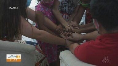 Irmãos que viviam em abrigo ganham nova família através do projeto 'Encontrar Alguém' - Projeto incentiva adoção tardia.