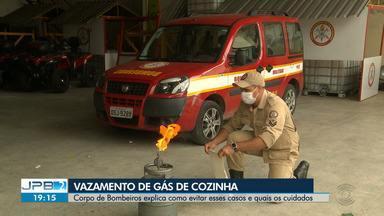 Corpo de Bombeiros explica como evitar vazamento de gás de cozinha - Em Cajazeiras, no Alto Sertão da Paraíba, um vazamento de gás causou um incêndio na sede de um time.