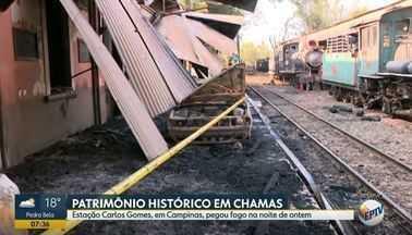 Incêndio na Estação Carlos Gomes, em Campinas, atinge locomotiva e veículos - Incidente destruiu quatro carros e provocou série de danos na noite de quarta-feira (30). Fogo alcançou plataforma após ter se alastrado por uma área de mata no entorno.