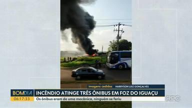 Incêndio atinge 3 ônibus em foz do Iguaçu - Os ônibus eram de uma mecânica, ninguém se feriu