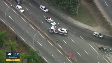 Dois carros batem no centro - Batida foi embaixo do viaduto dos Pracinhas