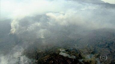 Combate às chamas na Serra do Cipó entra no 4° dia - O fogo avança por uma área de difícil acesso, onde só é possível chegar de helicoptero.