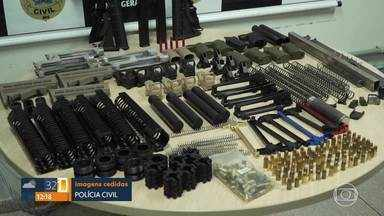 Dois suspeitos de fornecer armamento a traficante de drogas são presos em Pedro Leopoldo - Foram apreendidas duas submetralhadoras, que são armas automáticas com disparo em rajada.