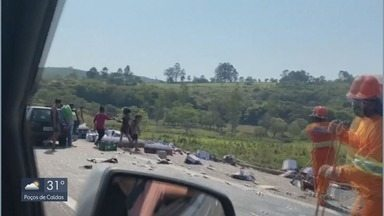 Carga é saqueada após carreta tombar na Fernão Dias - Carga é saqueada após carreta tombar na Fernão Dias