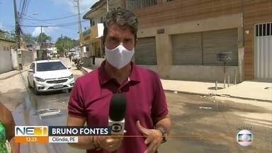 Esgoto escorre por ruas e invade casas em Rio Doce, Olinda - Moradores precisam elevar as casas para evitar entrada da água suja. Falta de drenagem afeta estrutura das casas.