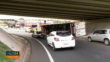 Caminhão tomba em viaduto da BR-277 - Acidente foi na tarde de quarta-feira (30).