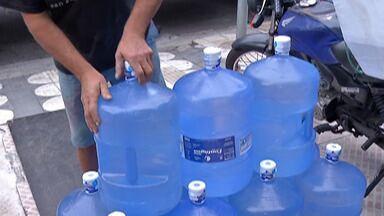 Calor intenso traz reflexos para comércios de água do Alto Tietê - Em uma fonte de água mineral, no distrito de Quatinga, em Mogi das Cruzes, a produção só cresce, assim como os pedidos nas revendedoras.