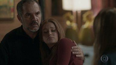 Germano garante a Eliza que vai capturar Dino - O empresário leva a filha para casa e Dino observa a modelo