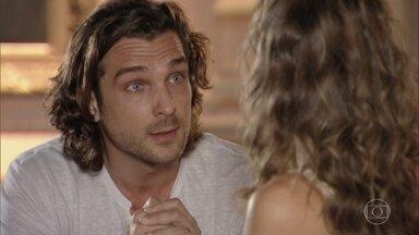 Alberto pede desculpas a Ester por ter faltado com o respeito - Ele diz que perdeu a cabeça ao ser pressionado pela presença de Cassiano