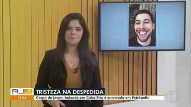 Corpo de jovem baleado em Cabo Frio é enterrado em Petrópolis, no RJ - Carlos Farroco, de 25 anos, morreu depois de ficar internado por mais de 40 dias após ser baleado em uma tentativa de roubo na praia do Peró.