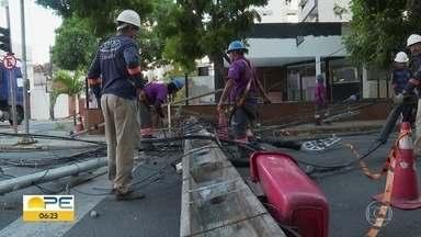 Caminhão derruba postes e deixa parte da Zona Norte do Recife sem luz - Por causa do acidente, Rua do Futuro foi interditada durante a tarde e noite.