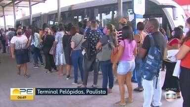 Ônibus lotados e filas gigantes: passageiros relatam transtornos diários - Segundo a população, não há como manter distanciamento recomendado devido à pandemia; derespeito do uso de máscara é frequente.