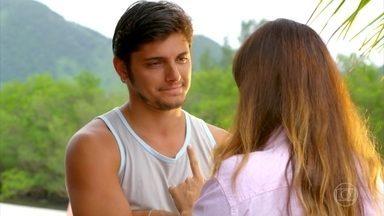 Natália se esforça para não ceder à atração por Juliano - A biológa não resiste e acaba beijando o pescador