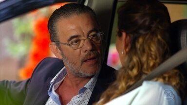 Yvete conta a Duque que a mina está à venda - Já na empresa, a secretária conta para Alberto que viu Ester, Cassiano e Samuca juntos