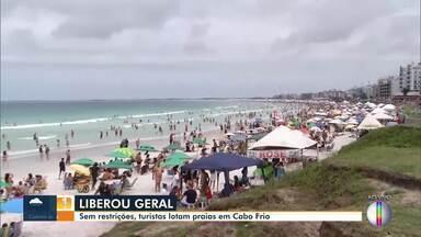Com praias liberadas, turistas lotam as areias da Praia do Forte, em Cabo Frio, no RJ - Nem o tempo nublado espantou os banhistas.