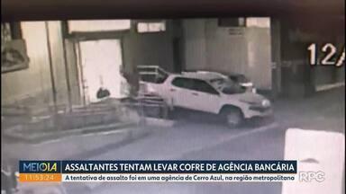Bandidos invadem agência bancária mas deixam cofre de uma tonelada na calçada - Para a polícia, pelo menos oito pessoas participaram da ação, em Cerro Azul, região metropolitana de Curitiba.