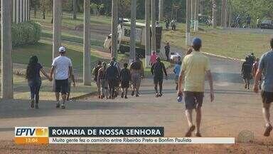 Romaria é suspensa, mas fieis caminham no Dia de Nossa Senhora Aparecida em Ribeirão Preto - Romeiros saíram da Avenida Caramuru e seguiram em direção ao distrito de Bonfim Paulista.