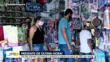Pais e avós deixam para comprar Dia das Crianças de última hora, em Goiânia - Comércio registrou movimento nesta segunda-feira.