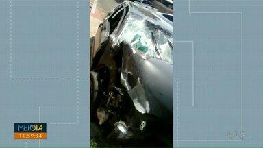 Casal sofre acidente após ser perseguido por motociclistas em Foz do Iguaçu - O motorista perdeu o controle do carro, que em um muro e depois em uma árvore.