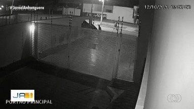 Carro capota, destrói muro e fica pendurado, em Formosa; vídeo - Câmeras de segurança registraram quando veículo dá giros no ar, bate contra e fica preso. É possível ver duas pessoas descendo do automóvel, mas não há informações se elas precisaram de atendimento médico.