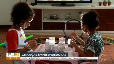 Irmãs de Itatiaia dão exemplo de educação financeira na infância - As meninas produzem e vendem pulseiras na frente de casa.