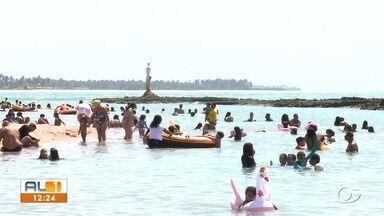 Alagoanos aproveitam feriado nas praias - Quem optou em curtir o feriado no Litoral Norte teve que enfrentar o congestionamento na rodovia.