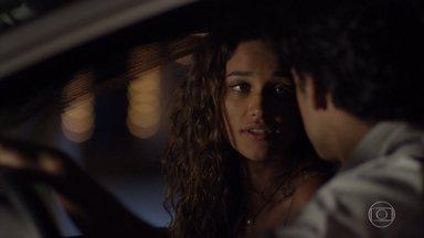 Hélio diz a Taís que pode ajudar Cassiano - Taís comenta com o namorado que Cassiano culpa Alberto pela prisão dele e, por isso, não pode aceitar ajuda do Grupo Albuquerque