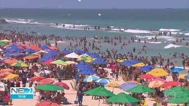 Praias no Grande Recife ficam lotadas no feriado de Nossa Senhora Aparecida - Corpo de Bombeiros realizou 3,9 mil intervenções entre sábado (10) e esta segunda-feira (12).