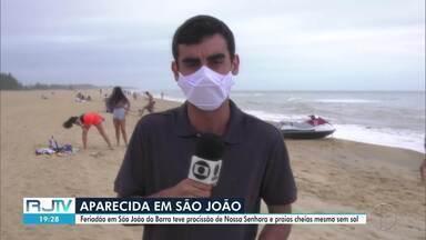 Feriado em São João da Barra, RJ, tem procissão e movimento nas praias - Imagem de Nossa Senhora de Aparecida está na cidade desde agosto. Mesmo com céu nublado, praias não deixaram de ter aglomeração.